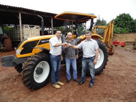 Prefeitura recebe trator para serviços na agricultura familiar